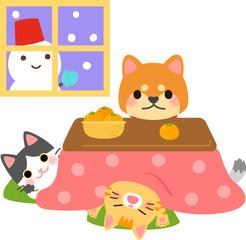 コタツに入る犬と猫