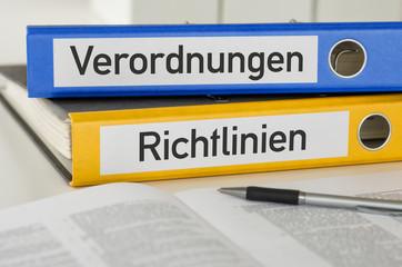 Aktenordner mit der Beschriftung Verordnungen und Richtlinien