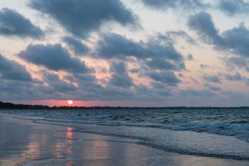 Wolkenspiel beim Sonnenuntergang am Strand