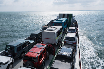 Autofähre transportiert Fahrzeuge über das Meer