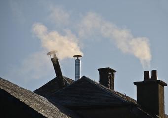 cheminée  bois  chauffage energie  gaz  mazout  petrole  chaleur  hiver  chaud menage  maison  habitation neige pollution fumee isolation toit immobilier CO carbone oxyde