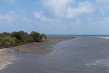 Fahrrinne für Boote als Zufahrt zu einer Sand-Insel