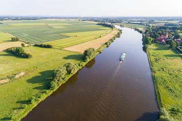 Schiff fährt auf Fluss, Deutschland