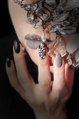 Чёрно серый гламурный матовый макияж и маникюр со стразами.