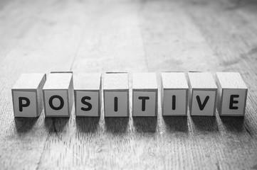 concept mot formé avec des lettres en bois - Positive