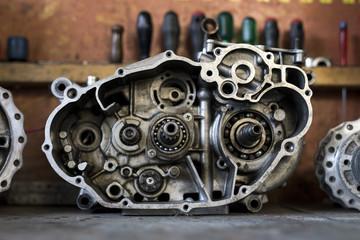 ein offenes Getriebe eines Motorradmotors