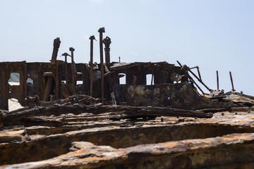 Rostige Reste des Decks eines Schiffwracks