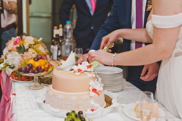 The young husband and wife to divide pieces of cake to treat your guests
