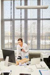 Frau blickt auf einen Computer Monitor