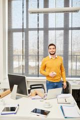 Selbstbewusster Start-Up Gründer im Büro
