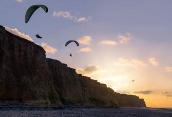 parapentes le long des falaises