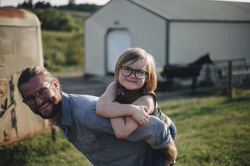Caucasian dad having fun with daughter Fototapete