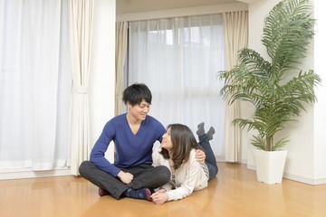 新居でくつろぐ若いカップル