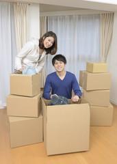 引っ越しの荷造りをするカップル