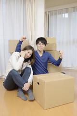 引越し準備の若いカップル