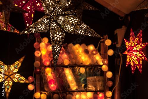 Beleuchtete Weihnachtskugeln.Beleuchteter Papierweihnachtsstern Vor Beleuchteten Weihnachtskugeln