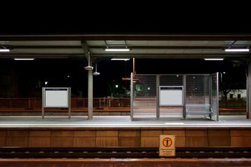 Bahnhof Weinheim nachts  / Der Bahnsteig des Bahnhofes Weinheim in der Nacht Sitzplätzen an einer Glastrennwand