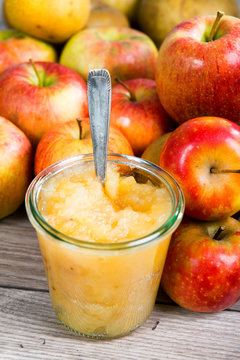 applesauce with apples on a wooden table