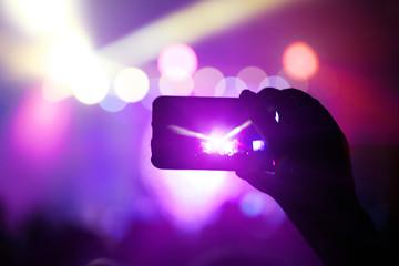 Filmen mit Smartphone bei einem Konzert