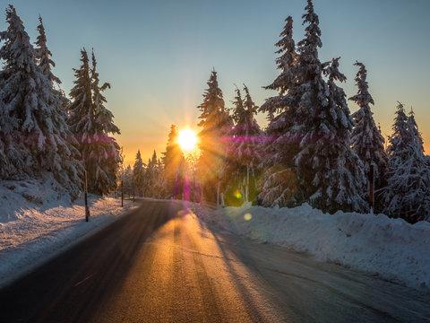 winterliche Straße im Sonnenuntergang