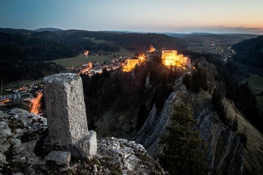 Coucher de soleil sur le chateau de Joux dans le Doubs