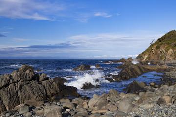 Brandung in einer Bucht mit Felsen