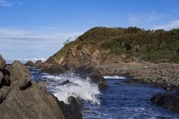 Wellenspiel in der Felsbucht