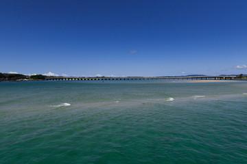 Brücke im Hintergrund einer seichten Bucht