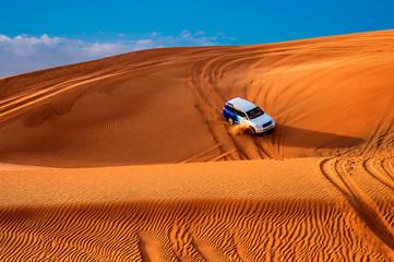Sulle dune di sabbia in fuoristrada
