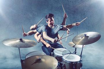 Schlagzeug spielen mit vielen Armen