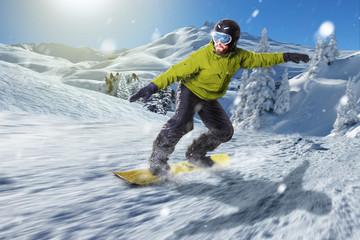 Snowboarder gleitet über die Piste