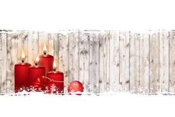 Rote Weihnachtskerzen an Bretterwand