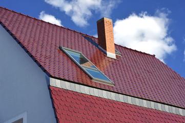 Neueindeckung eines älteren Einfamilienhauses mit roten glasierten Biberschwanz-Ziegeln, Naturschiefer-Verkleidung, Dachfenster und aus Backsteinen gemauertem Schornstein