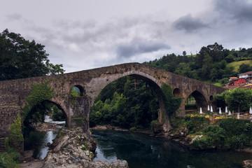 Antiguo puente romano en Cangas de Onis, Asturias, España