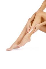 Nackte Beine werden eingecremt