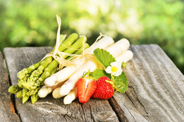 Asparagus, Spargel, grün und weiß, Bund, mit Erdbeeren, auf Holz, Textraum, copy space