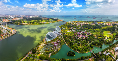 Poster de jardin Singapoure Panorama view of Singapore City skyline in Singapore. Bird eyes view of The Supertree Grove, Cloud Forest & Flower Dome at Gardens by the Bay on August 29,2016 in Singapore. Spanning 101 hectares.
