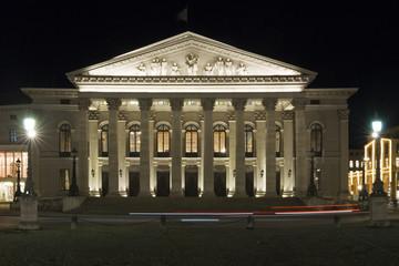 Bayerische Staatsoper in München bei Nacht
