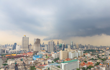 Aufnahme der Skyline von Bangkok aus erhöhter Perspektive mit aufziehendem Gewitter fotografiert in Thailand im Oktober 2014