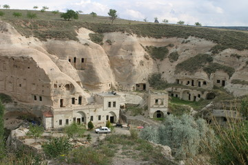 Capadocia, region de  Anatolia Central, en Turquía, que abarca partes de las provincias de Kayseri, Aksaray, Niğde y Nevşehir