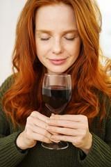 frau genießt das wein-aroma mit geschlossenen augen