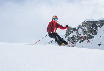 Skifahrerin hat Spaß im Backcountry