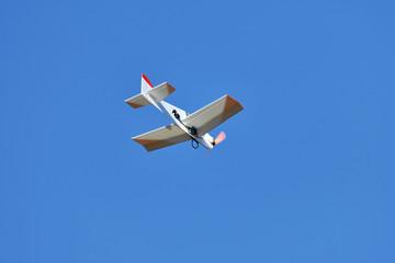 青空を飛ぶラジコン飛行機