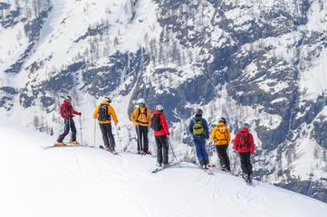 eine Gruppe Skifahrer orientiert sich im Gelände