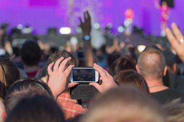 Livestream mit dem Handy auf einem Festival online stellen
