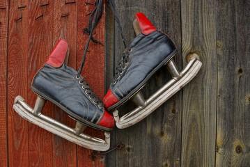 старые коньки висят на деревянной двери