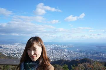 山から見た神戸の景色と女性