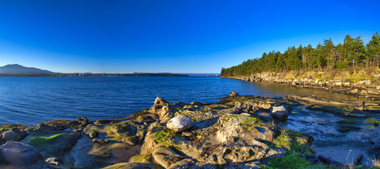 Foto auf Acrylglas Kuste Scenic panoramic view of the ocean and Jack Point and Biggs Park in Nanaimo, British Columbia.