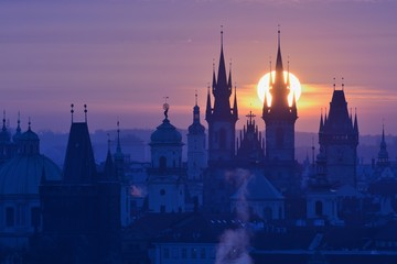 Photo sur Plexiglas Prague Sun disk behind spire of the Prague Church of Our Lady before Tyn