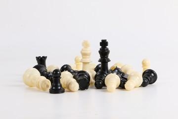 Schachfiguren liegen im Studio